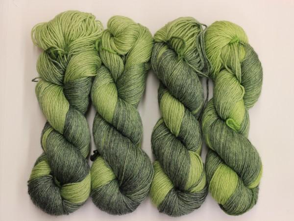 Sockengarn Mailand 425m 20% Ramie - 60% Wolle - 20% Seide - blassgrün-grün handgefärbt 100g